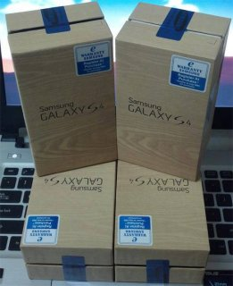 Samsung Galaxy S4, White, Black.(BB CHAT PIN:::::26FC4748
