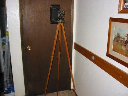 كاميرا تراثيه عمرها 100 سنه مع حامل ثلاثي خشبي بعمرها