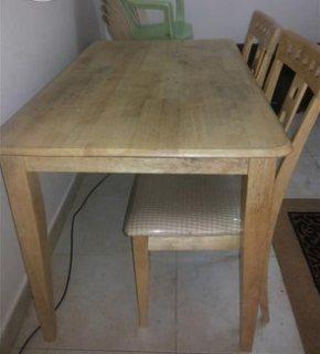 طاولة خشب بكراسيها للبيع