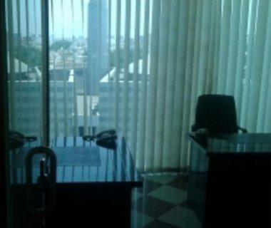 مكتب بمركز تجارى للتقبيل