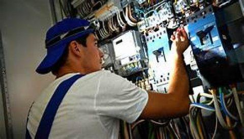 استقدام تقنيي كهرباء من المغرب
