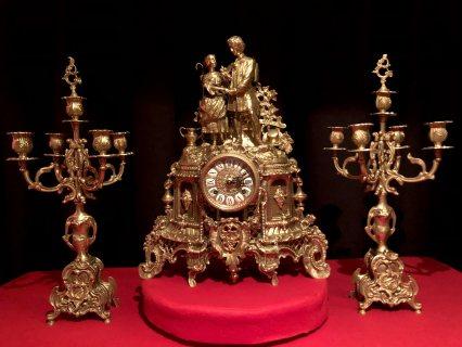طقم انتيك رائع ساعة مع شمعدانين من البرونز الايطالي ، الميكانيك ألماني